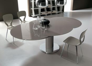 Tavolo allungabile per l\'arredamento della cucina o del salotto.