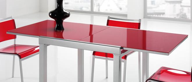 Tavolo allungabile per larredamento della cucina o del salotto.