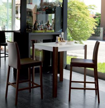 Tavoli e sgabelli d 39 arredo per l 39 angolo bar consigli utili for Tavolo bar con sgabelli