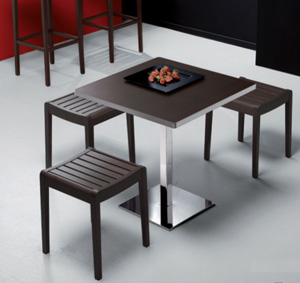 Tavoli e sgabelli d 39 arredo per l 39 angolo bar consigli utili for Tavolo alto tipo bar