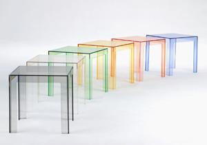 come scegliere i tavolini in plastica per un arredamento moderno