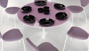 tavolo flute glass fisso con struttura in metallo verniciato piano laccato con vetro disponibile in